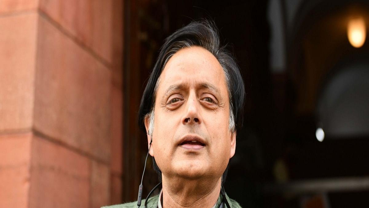 Shashi Tharoor joins protesting Punjab MPs at Jantar Mantar