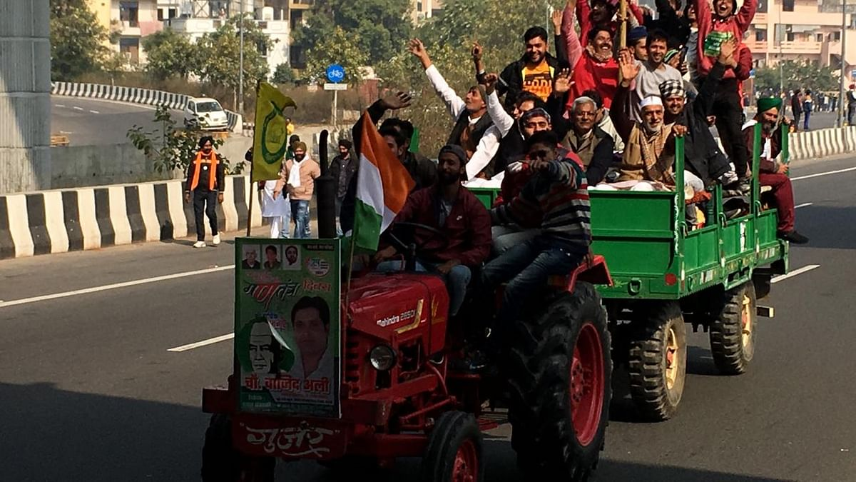 Chanting 'jai jawan jai kisan' farmers pour into Delhi on tractors, horses, cranes