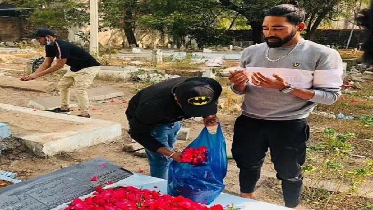 Emotional Siraj heads straight to father's grave from airport, offers prayers