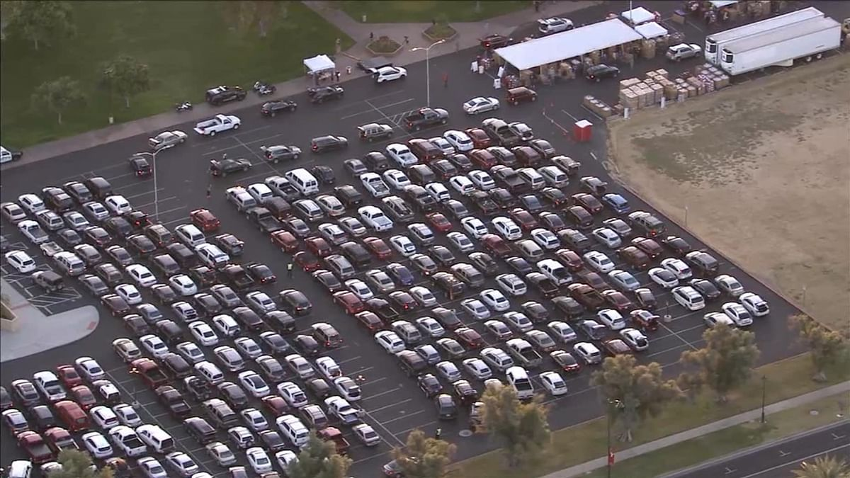 Cars lined up waiting for their turn at a food bank in the US (Photo courtesy: Twitter)