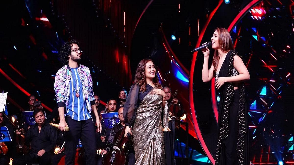 Neha Kakkar & Dhvani Bhanushali perform  'Dilbar' live on the sets of 'Indian Idol'