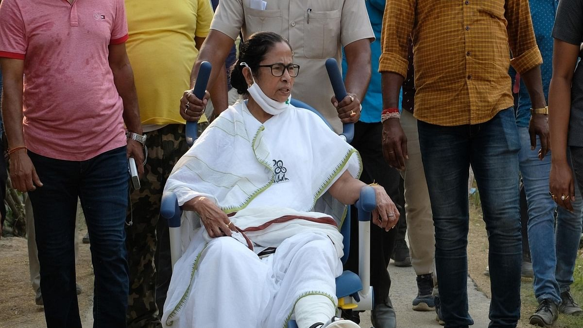LIVE News Updates: Mamata begins dharna to protest EC's  ban on her from campaigning for 24 hours