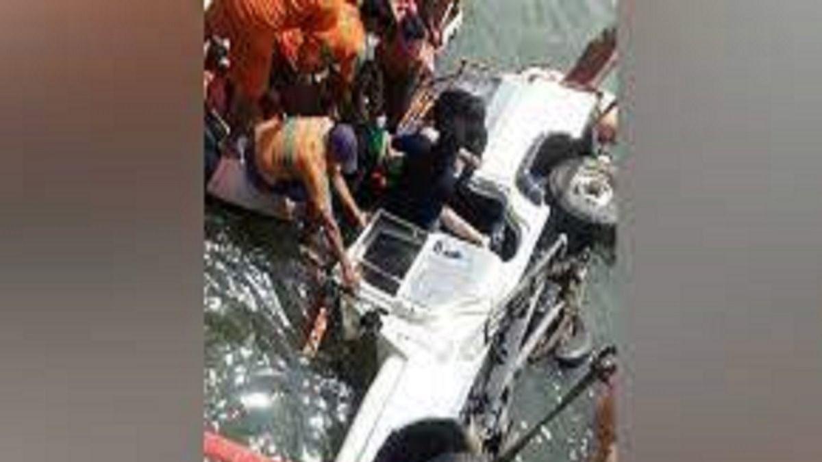 9 die as pick-up van falls into river in Patna