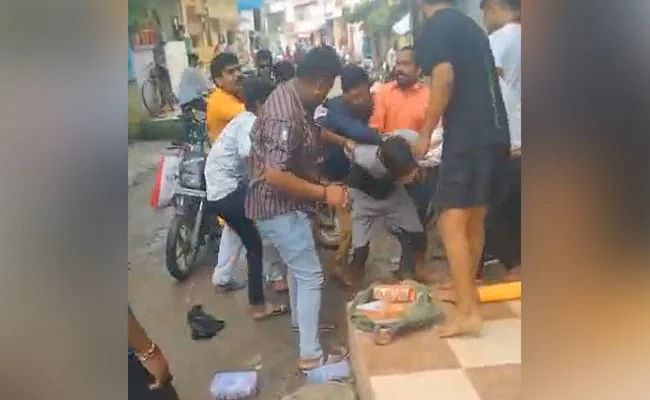 A young Muslim bangle seller being manhandled by a few Hindu men in MP's Indore.