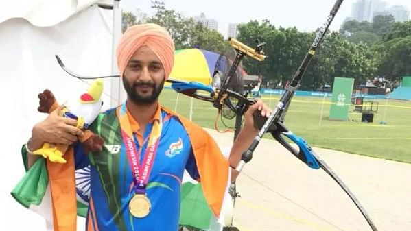 Harvinder Singh after receiving the bronze medal (Photo: Twitter)