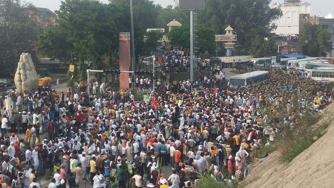Police arrests leaders as thousands of farmers march towards Karnal mini-secretariat after inconclusive talks