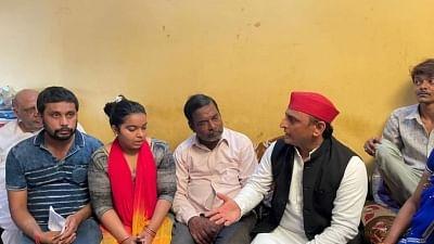 Akhilesh meets Kanpur businessman's family, seeks judicial probe