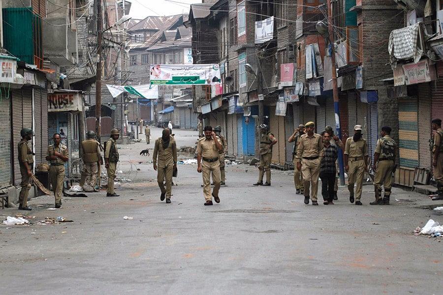 श्रीनगर में कर्फ्यू के दौरान गश्त करते अर्धसैनिक बलों के जवान/फोटो - गेटी