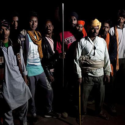 राजस्थान के रामगढ़ में गश्त पर निकले कथित गौर-रक्षक / फोटो : Getty Images