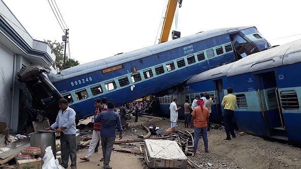 शनिवार को दुर्घटनाग्रस्त हुई उत्कल एक्सप्रेस / फोटो : Hindustan Times via Getty Images