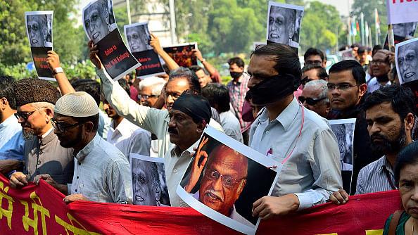 प्रो एमएम कलबुर्गी की हत्या का विरोध करते नागरिक/ फोटो: Getty Images