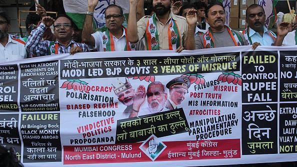 मोदी सरकार की तीन साल की नाकामियों पर प्रदर्शन करते कांग्रेस कार्यकर्ता / फोटो : Hindustan Time via Getty Images