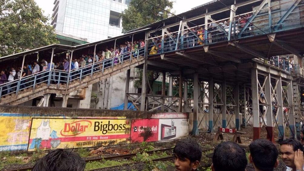 मुंबई में रेलवे ब्रिज पर भगदड़ में 22 की मौत, चश्मदीदों ने कहा, सरकार की लापरवाही
