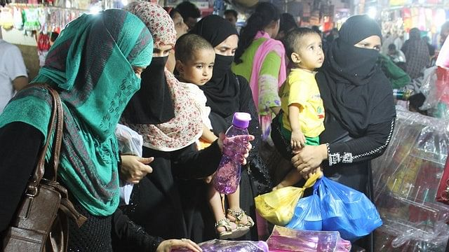 पूरे इलाके में मुस्लिम महिलाएं बेखौफ होकर खरीदारी करती नजर आती हैं