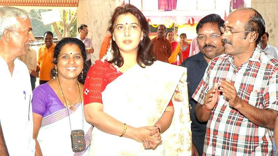 करारी शिकस्त से बौखलाई बीजेपी, केरल में नेता बोलीं, विरोधियों की आँखें निकाल लेंगे