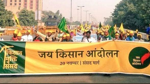 संसद पर ताला, 'किसान मुक्ति संसद' शुरू: कर्ज माफी समेत कई मांगों को लेकर देश भर के किसानों का दिल्ली में जुटा हुजूम