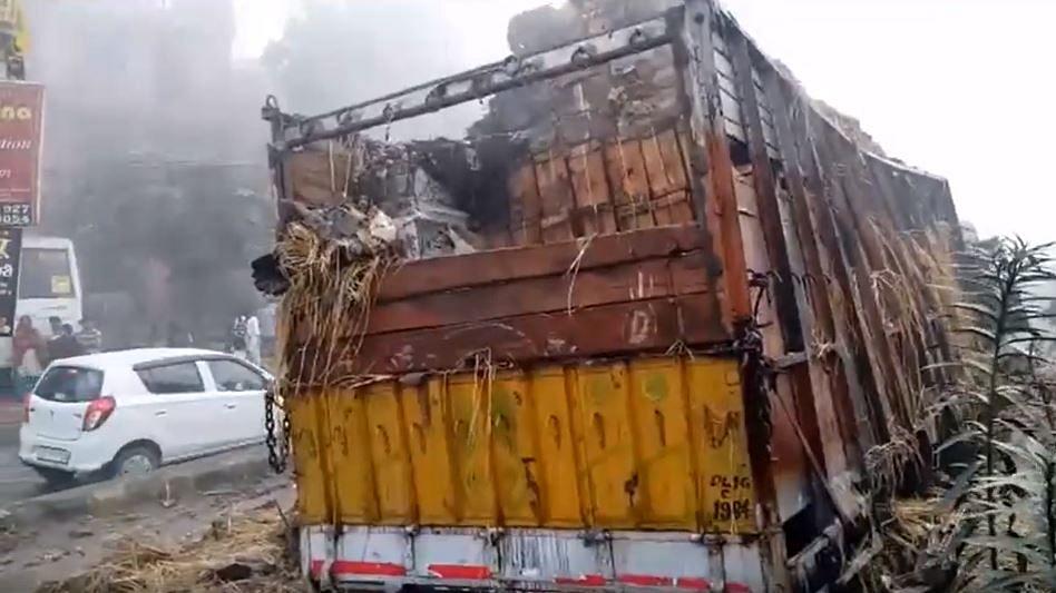 वीडियो: हादसों को दावत देता छाया धुंध,गाजियाबाद में सेब से भरा ट्रक टकराने के बाद जलकर खाक