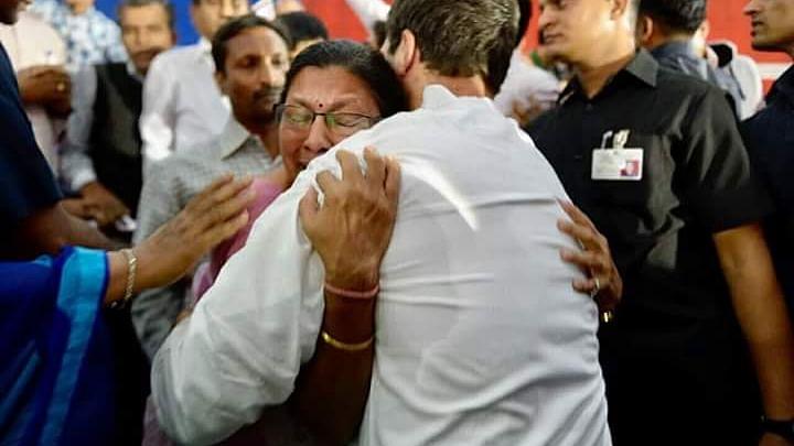 गुजरात सरकार की शिक्षा नीतियों से परेशान शिक्षिका की व्यथा सुन भावुक हुए राहुल, मंच से उतरकर लगाया गले