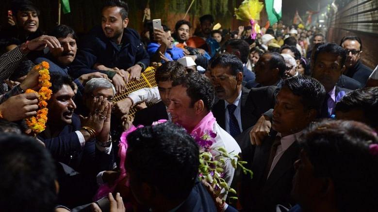 गुजरात चुनाव प्रचार से दिल्ली लौटे राहुल गांधी, कांग्रेस कार्यकर्ताओं ने किया शानदार स्वागत