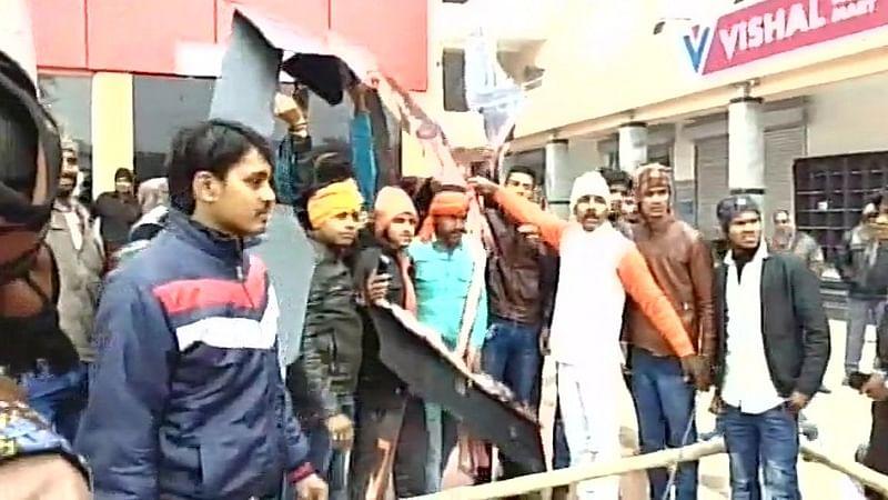 सुप्रीम कोर्ट के आदेश के  बावजूद 'पद्मावत' पर करणी सेना के तेवर कड़े, बिहार में सिनेमा हॉल में तोड़फोड़