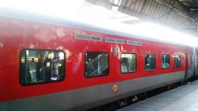 राजधानी एक्सप्रेस की हकीकत: रेलवे का खाना नहीं खाया तो सहना पड़ेगा दोयम दर्जे का व्यवहार