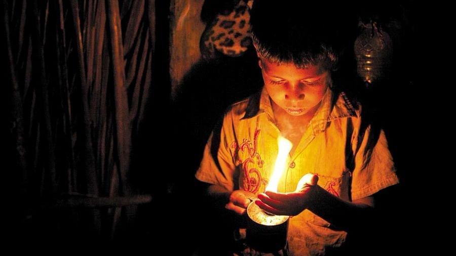 योगी सरकार में बिजली योजना की खुली पोल, 21वीं सदी में भी 2 गांव ढिबरी युग में रहने के लिए मजबूर