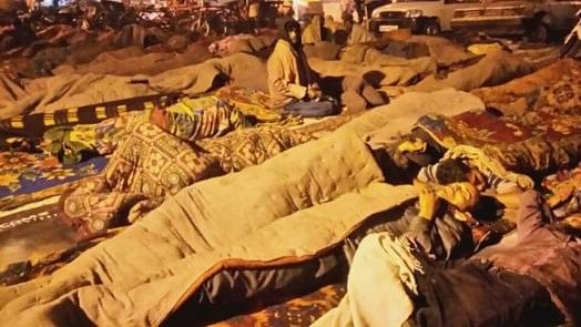यमुना के किनारे बेघर लोग गुजार रहे हैं दिल्ली की सर्द रातें, रैन बसेरों में नहीं मिल रही जगह