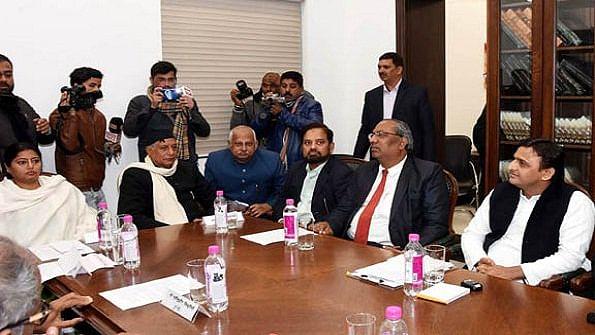 ईवीएम में धांधली के मुद्दे पर अखिलेश यादव ने बुलाई सर्वदलीय बैठक, 'आप' का दावा, गड़बड़ी से जीत रही है बीजेपी चुनाव
