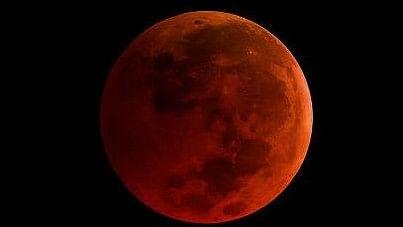 152 साल बाद लगा पूर्ण चंद्र ग्रहण, क्या आपने किया नीले और लाल चांद का दीदार?