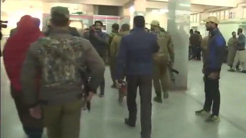 श्रीनगरः अस्पताल में आंतकियों ने की फायरिंग, 1 पुलिसकर्मी की मौत,  आतंकी फरार