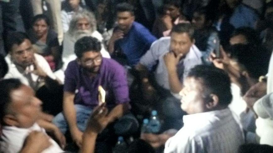 गुजरात: दलितों पर अत्याचार के खिलाफ विरोध कर रहे जिग्नेश मेवानी पर टूटा पुलिस का कहर, जबरन गाड़ी से खींच कर ले गई