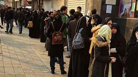 ईरान: सड़क पर किताब खरीदने के लिए लगी कतार कोई पुरानी तस्वीर नहीं है