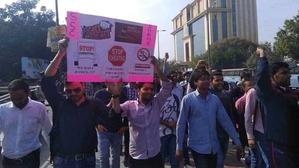 एसएससी घोटाला: सरकार ने दिए सीबीआई जांच के आदेश, लिखित आश्वासन की मांग पर अड़े छात्रों का धरना-प्रदर्शन जारी