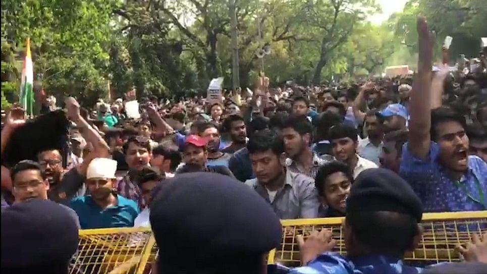 LIVE एसएससी घोटाला: राजीव चौक की ओर मार्च कर रहे छात्रों पर पुलिस ने किया लाठीचार्ज
