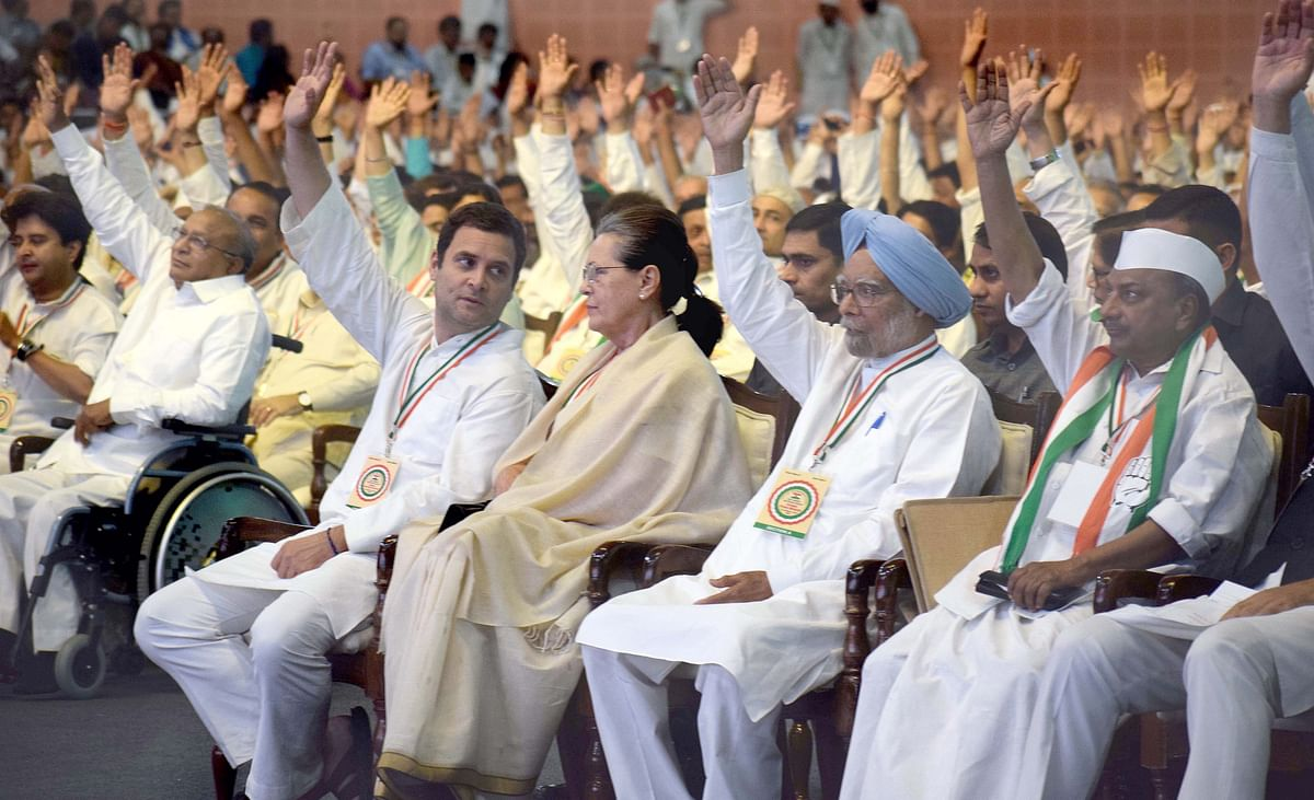 Congress President Rahul Gandhi, former President Sonia Gandhi, former Prime Minister Manmohan Singh and former Defence Minister AK Antony vote on a resolution proposed by Meira Kumar