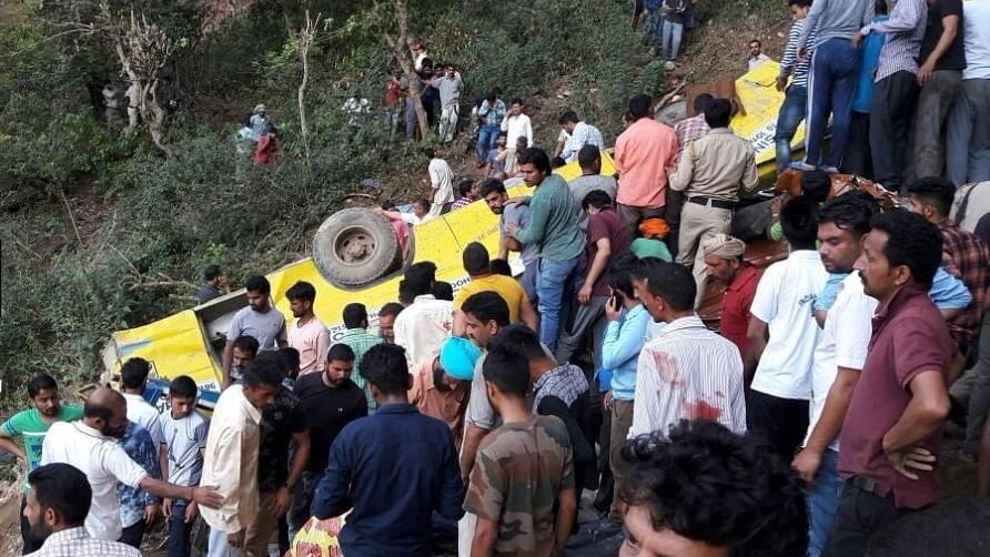 हिमाचल प्रदेशः भीषण सड़क हादसे में 20 बच्चों की मौत, 150 फीट गहरी खाई में गिरी स्कूल बस