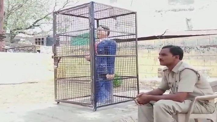 उत्तर प्रदेशः हिफाजत के लिए लोहे के पिंजरे में कैद की गई अंबेडकर की मूर्ति, विवाद होने पर हटाया गया पिंजरा