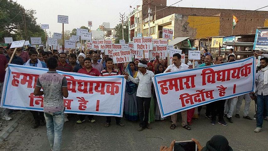 उन्नाव रेप केस के आरोपी बीजेपी विधायक के समर्थन में रैली, कठुआ में भी हुआ था ऐसा