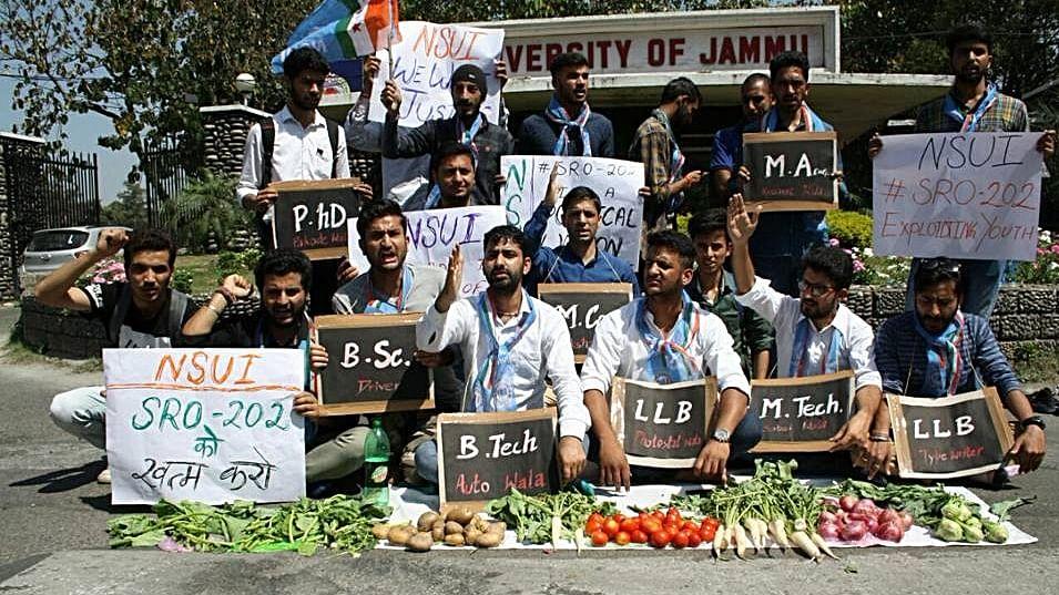 तेज हुआ जम्मू-कश्मीर  की तानाशाही रोजगार नीति का विरोध, एसआरओ-202 के खिलाफ युवा सड़कों पर