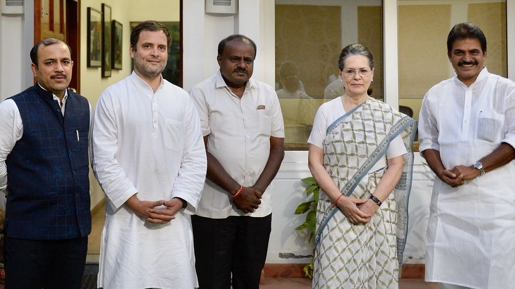 सोनिया-राहुल से मिले कुमारस्वामी, शपथ समारोह में शामिल होने का दिया न्योता, सरकार पर मंगलावर को बेंग्लुरु में बैठक