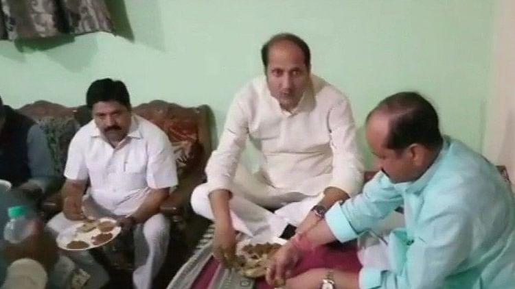 दलित के घर में बैठकर होटल से मंगाकर खाया यूपी के मंत्री ने खाना, बर्तन और पानी तक आया था बाहर से