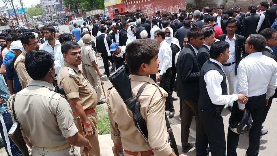 यूपी: योगी 'राज' में दिनदहाड़े वकील की हत्या पर बवाल, वकीलों ने  कई जगहों पर की तोड़फोड़ और आगजनी