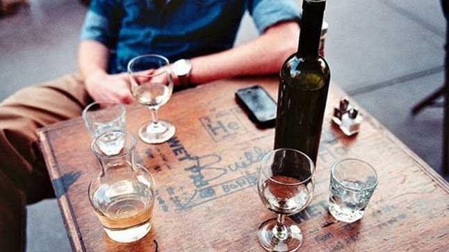 बिहारः नीतीश सरकार में शराबबंदी का आलम, जिलाधिकारी कार्यालय में शराब पार्टी करते 3 गिरफ्तार