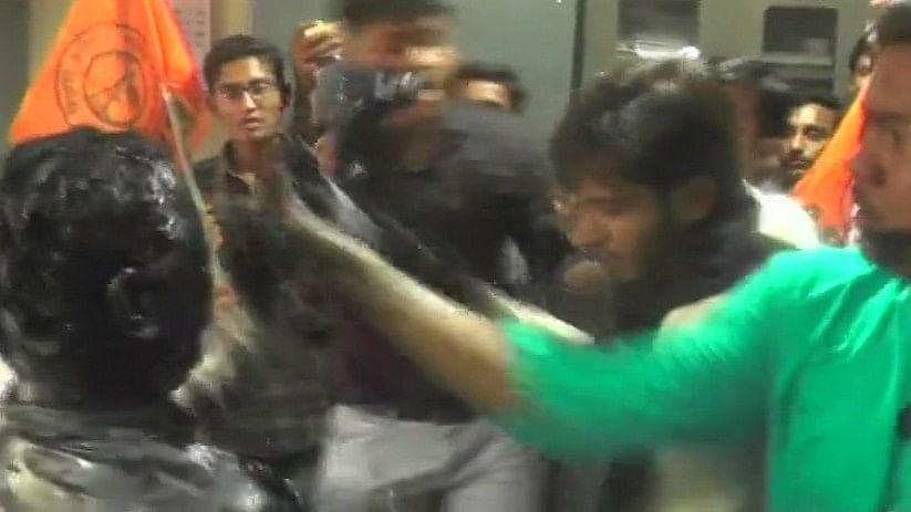 गुजरात: प्रोफेसर को कालिख पोतने के मामले में कार्रवाई, एबीवीपी कार्यकर्ता समेत 5 गिरफ्तार