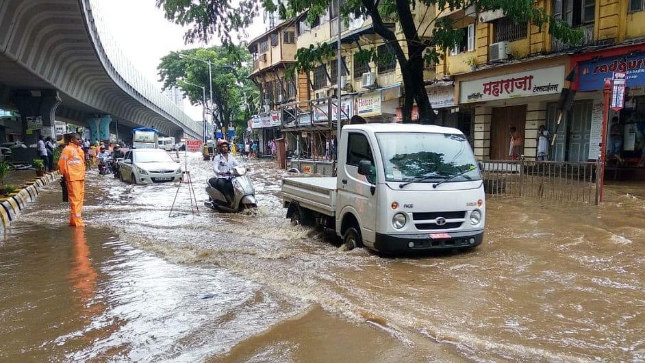 LIVE: मुंबई में मॉनसून की दस्तक, भारी बारिश के बाद कई इलाकों में भरा पानी, लोकल ट्रेनें बाधित