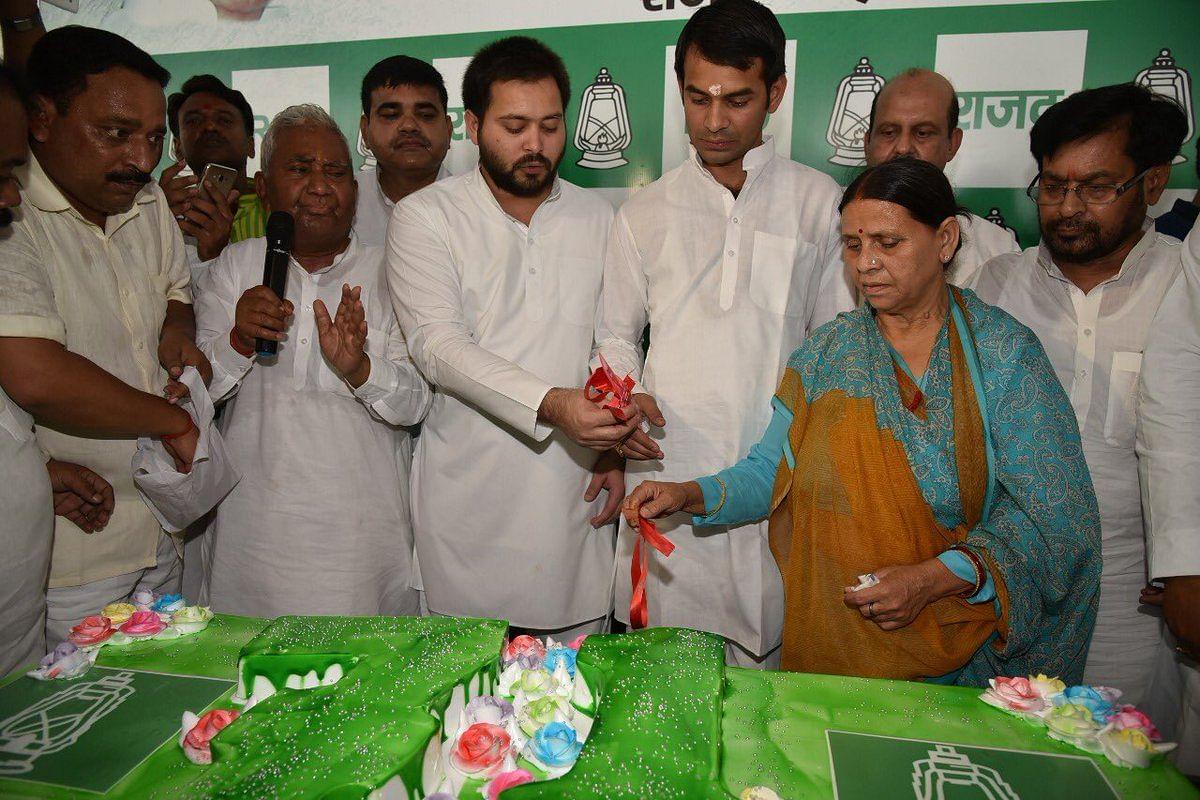 लालू के जन्मदिन पर राबड़ी देवी ने काटा 71 पाउंड का केक, नीतीश कुमार ने दी बधाई