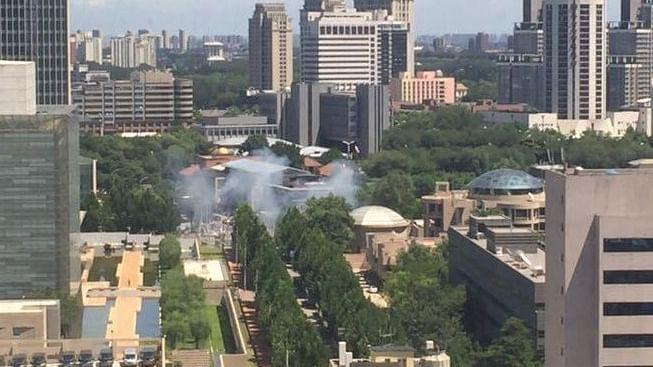 चीन में अमेरिकी दूतावास के बाहर धमाका, एक महिला कर रही थी खुदकुशी की कोशिश