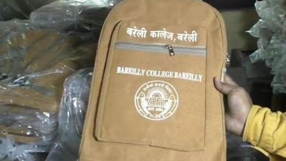 योगी राज में बरेली के कॉलेज में बैगों का रंग हुआ भगवा,  छात्रों ने किया हंगामा