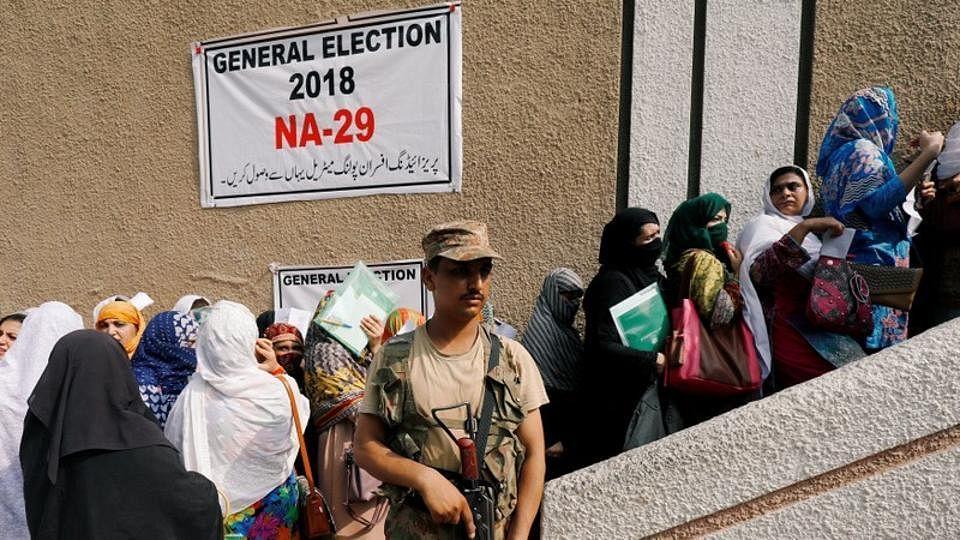 पाकिस्तानः अनिश्चितता के माहौल में नई सरकार के लिए आज डाले जा रहे हैं वोट