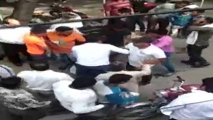 गाजियाबाद: रजिस्टर्ड शादी करने पहुंचे हिंदू- मुस्लिम जोड़े पर उपद्रवियों का हमला, लड़के की कोर्ट में पिटाई